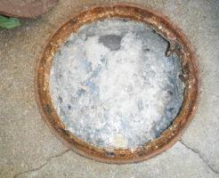 キッチン雑排水管が詰まりマンホールが油の塊でいっぱいです