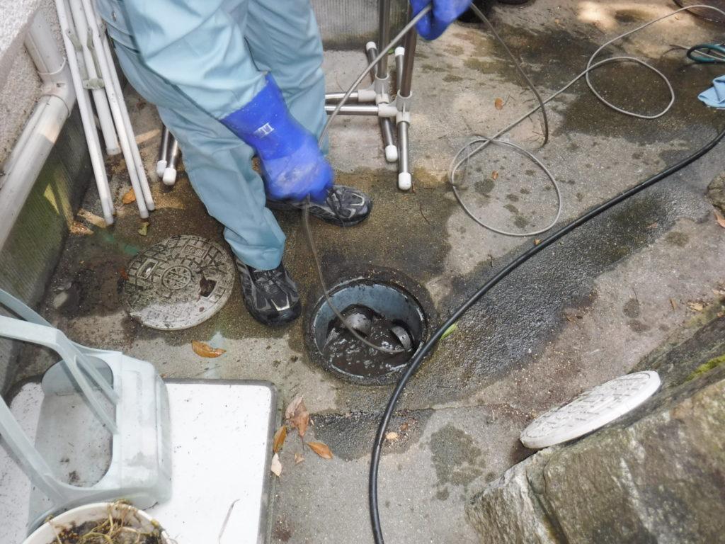 雨水管の高圧洗浄清掃中