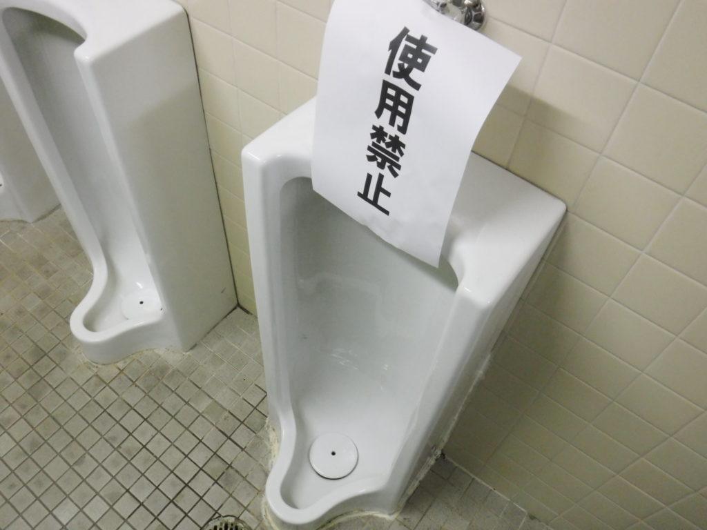 小便器排水口が詰まって水が流れない状態