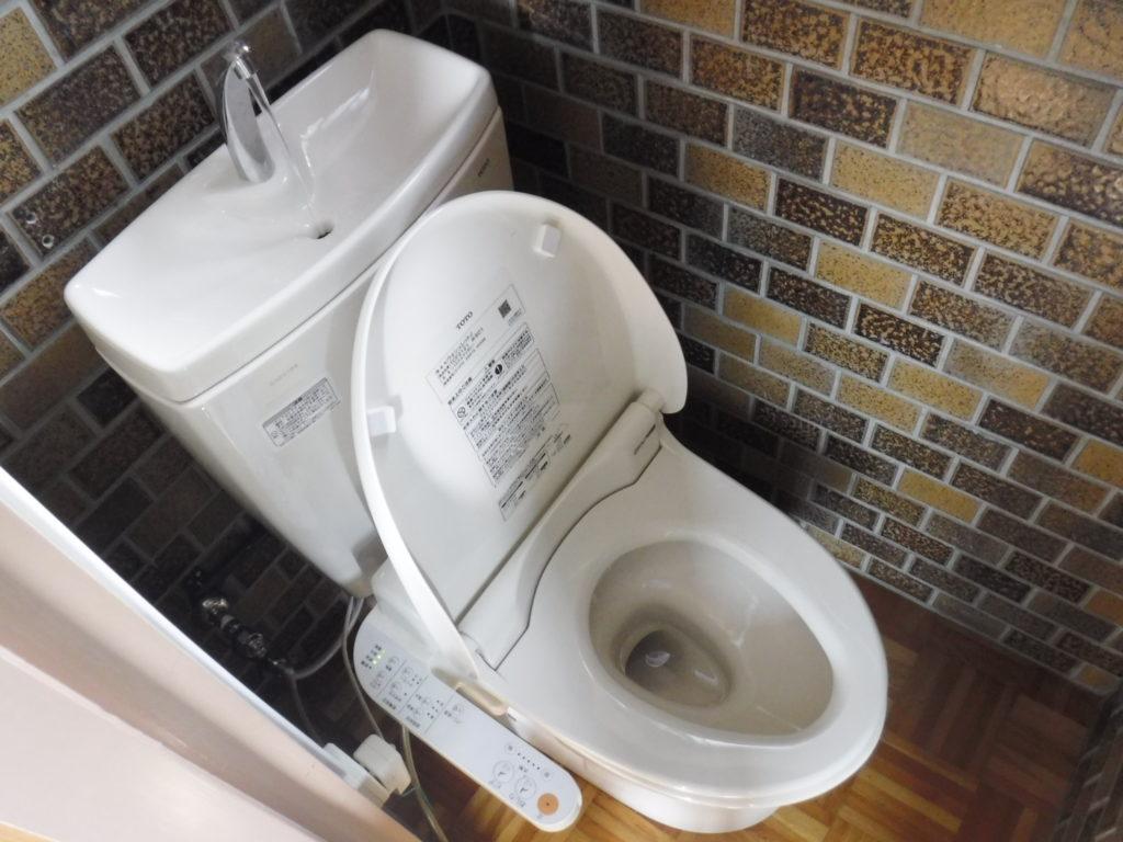 詰まって流れにくくなったトイレ