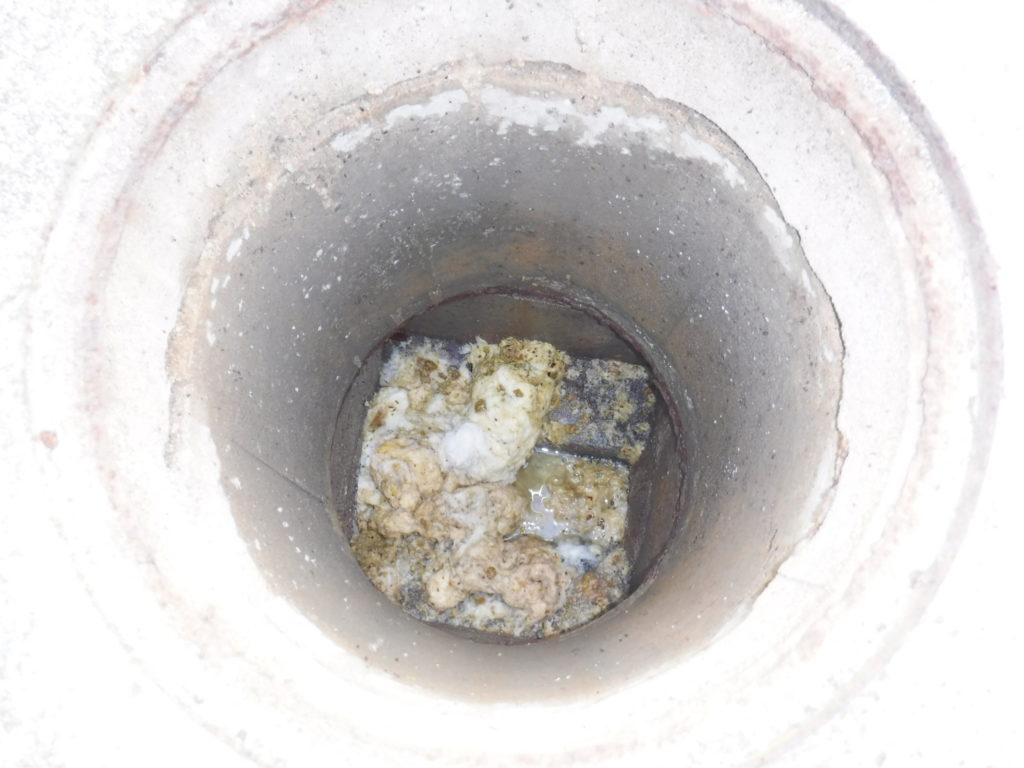 排水管が詰まりマスが汚物とトイレットペーパーでいっぱいです