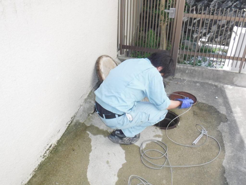 トイレ排水管高圧洗浄清掃による詰まりの修理作業中