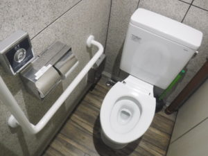 男子トイレ便座取り換え交換作業前