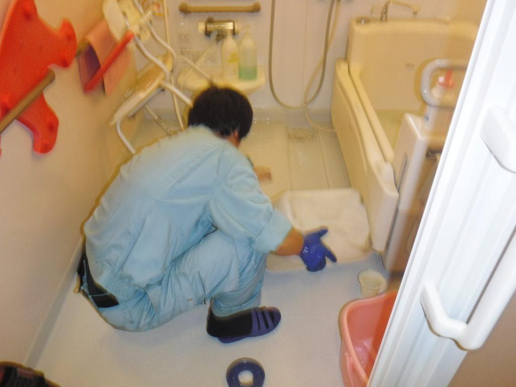お風呂排水溝から排水管にかけて薬剤清掃中