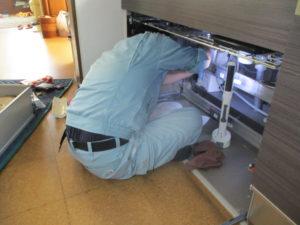キッチン下に設置されている浄水器のカートリッジ交換