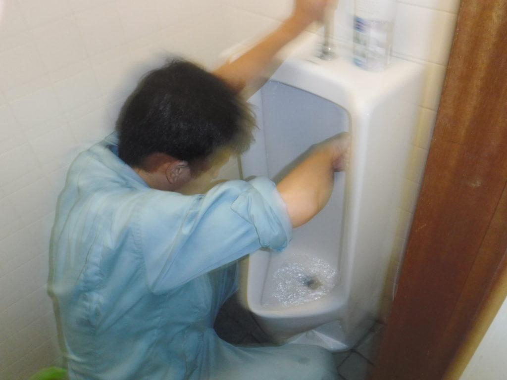 小便器清掃作業中