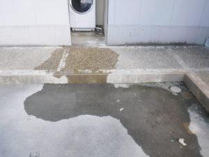洗濯機場での配管詰まりによる水の逆流