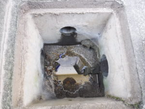 修理前底が抜けている雨水会所