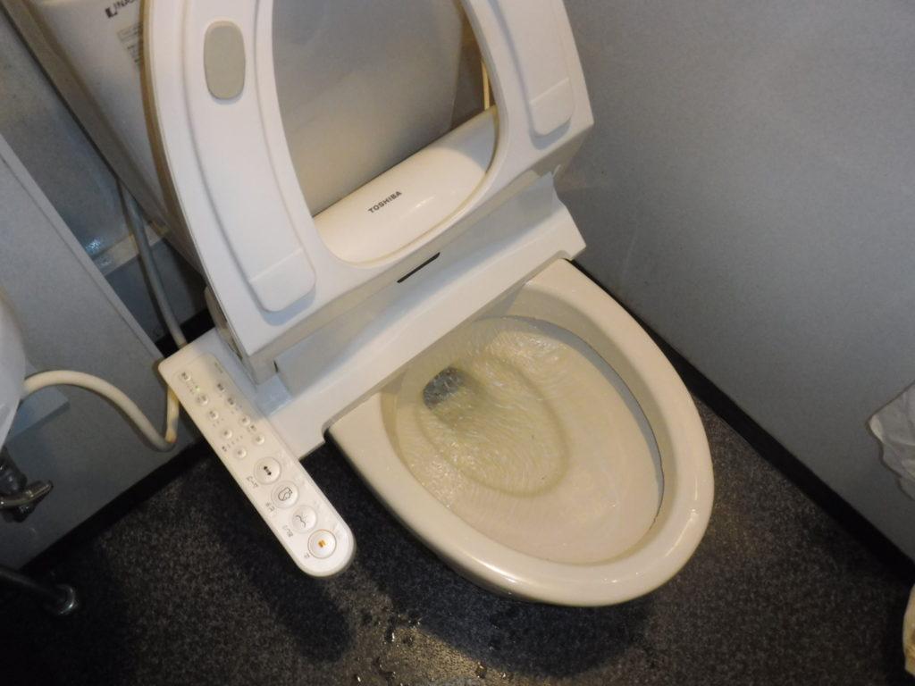大阪府池田市でのカラオケボックストイレ詰まり修理作業