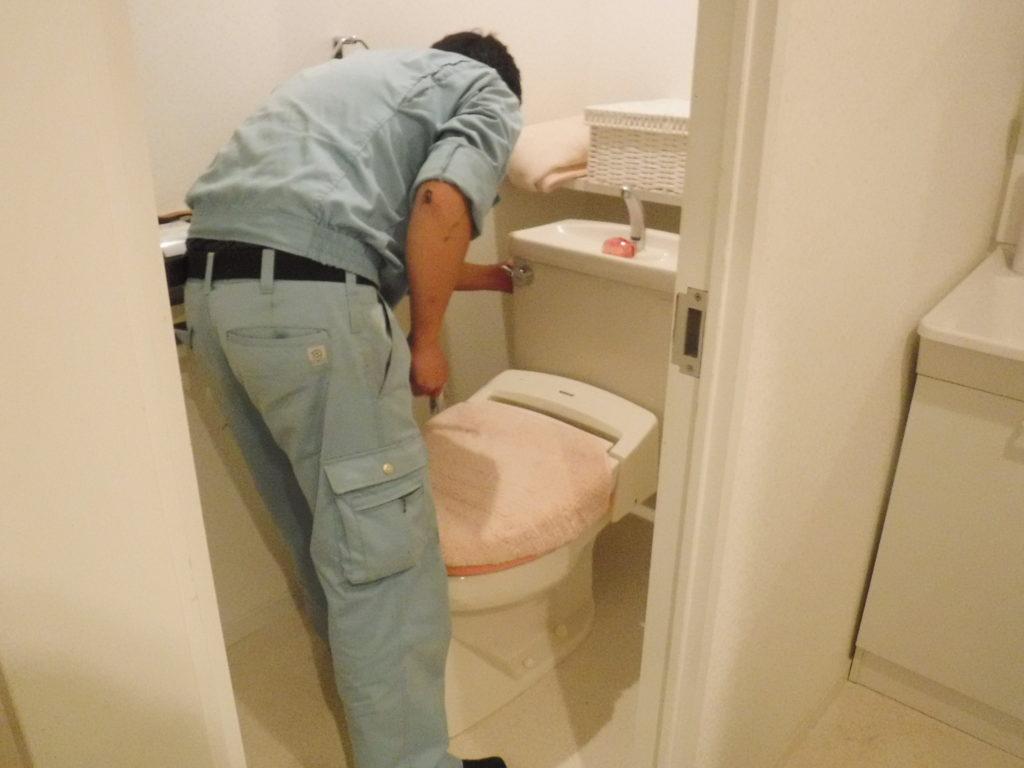 トイレタンク修理作業中