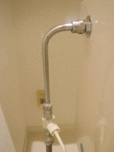 少し水漏れしている水道管部品