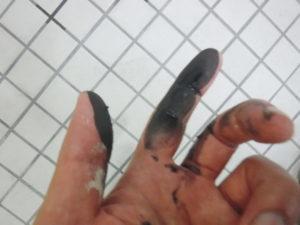 ゴム部品の部分を触ると手が真っ黒になりました