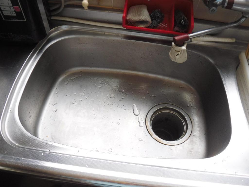 台所排水口からの清掃作業