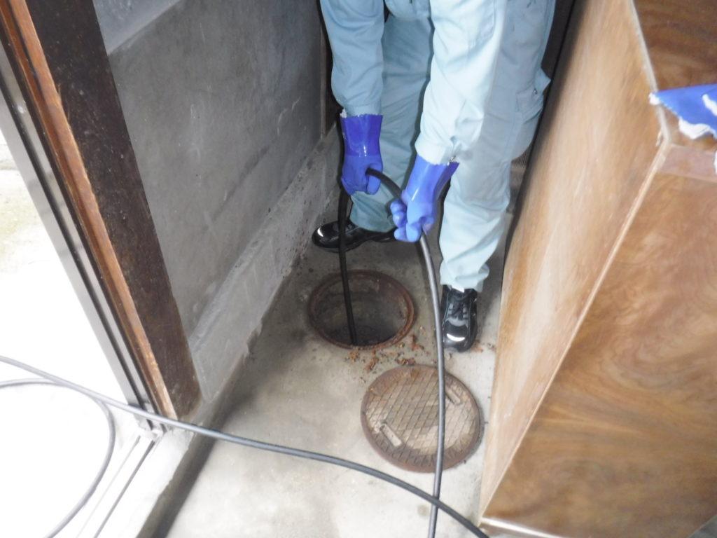 トイレの排水管高圧洗浄清掃作業中