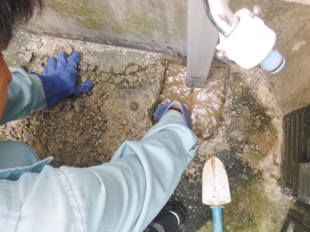 水漏れ水道管修理作業のため、地面掘削