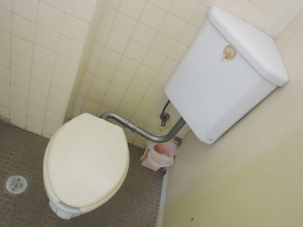 大阪府池田市での隅付トイレタンク水道水漏れ修理/TOTOボールタップ取り換え交換