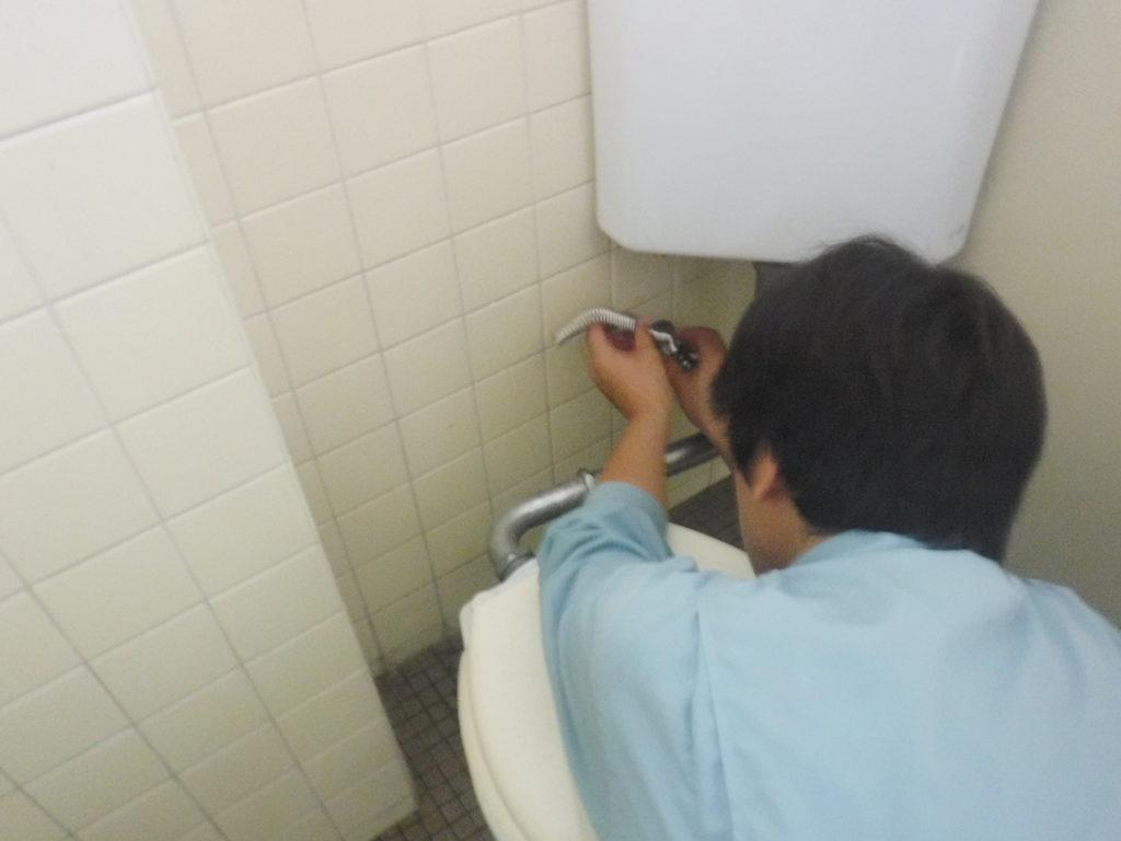 トイレタンク水漏れ修理作業