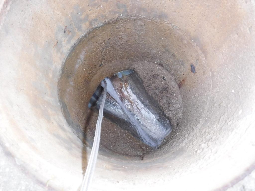トイレのマンホールから詰まり修理のため高圧洗浄作業