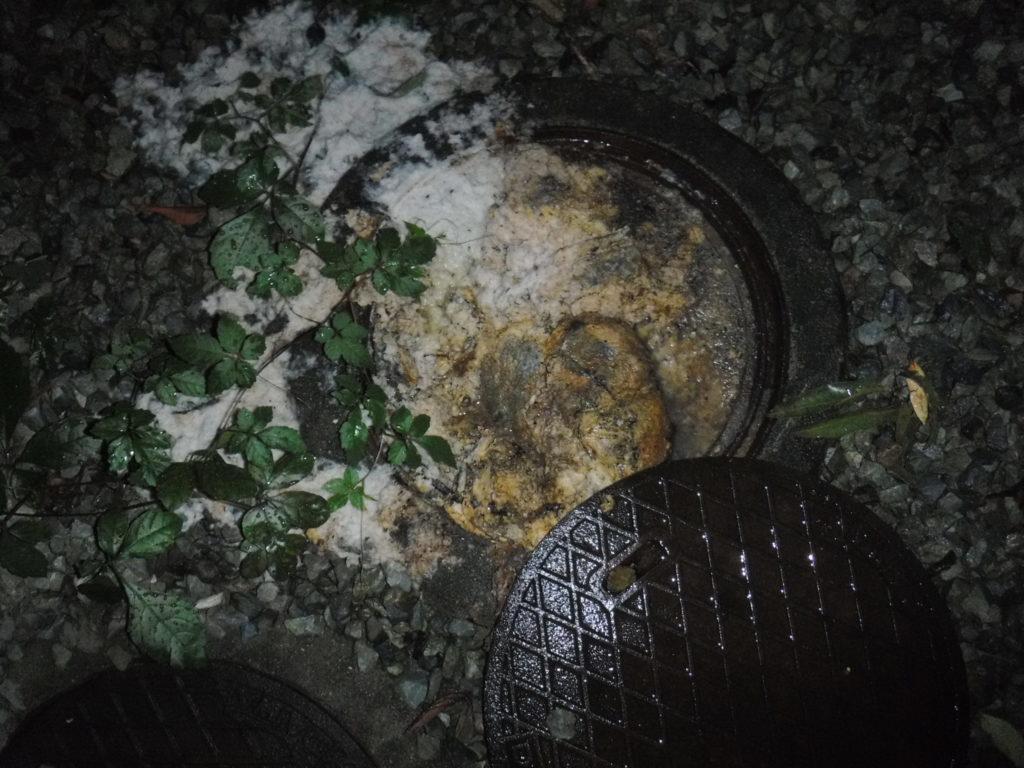 屋外マンホールから汚物逆流、夜間の清掃作業