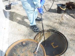 トイレ詰まり解消のため排水管高圧洗浄清掃作業中