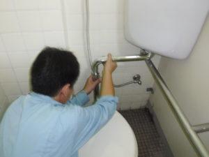 トイレ水漏れ部品の修理作業中