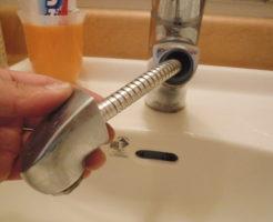 シャワーホースを伸ばして水道水漏れがないか調査中