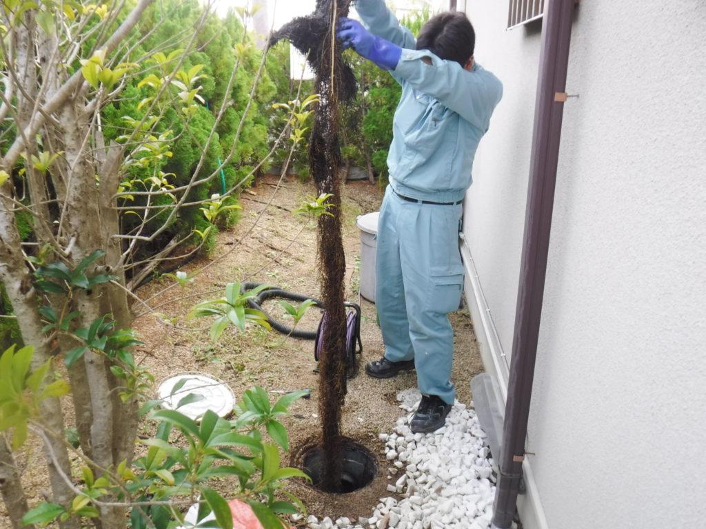 兵庫県河辺郡猪名川町での雨水桝掃除の様子