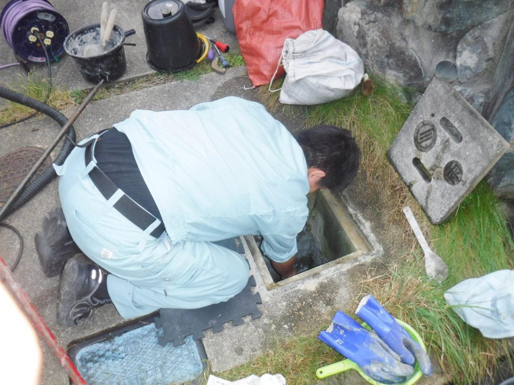 雨水会所マスの劣化部分補修作業中