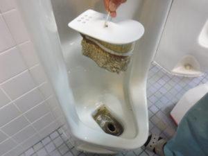 お椀と小便器排水口の汚れの付着