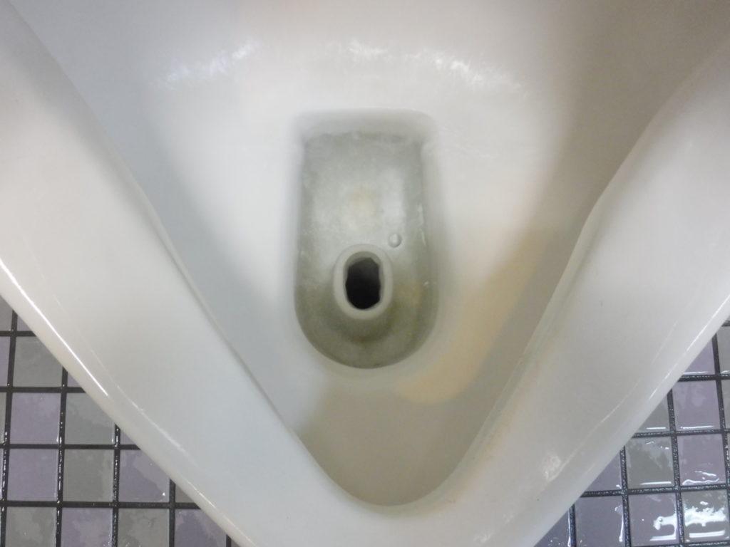 小便器の排水口付近もきれいにお掃除できました
