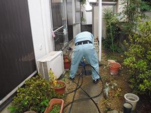トイレ詰まり解消のため配管の高圧洗浄清掃作業