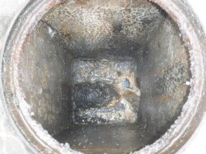 屋外排水管とマンホールの油の塊で詰まりかけ