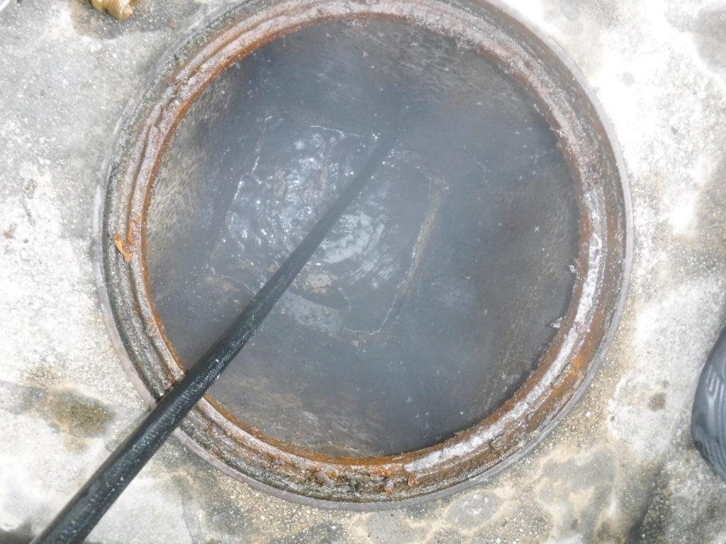屋外排水マスからの高圧洗浄清掃作業中