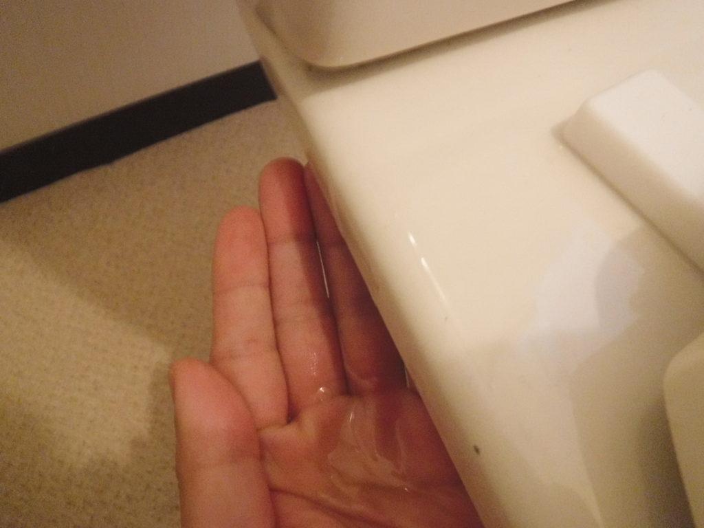 大阪府池田市でのトイレの便器上あたりから水が漏れてきています
