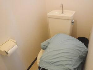 トイレタンク取り外し作業中