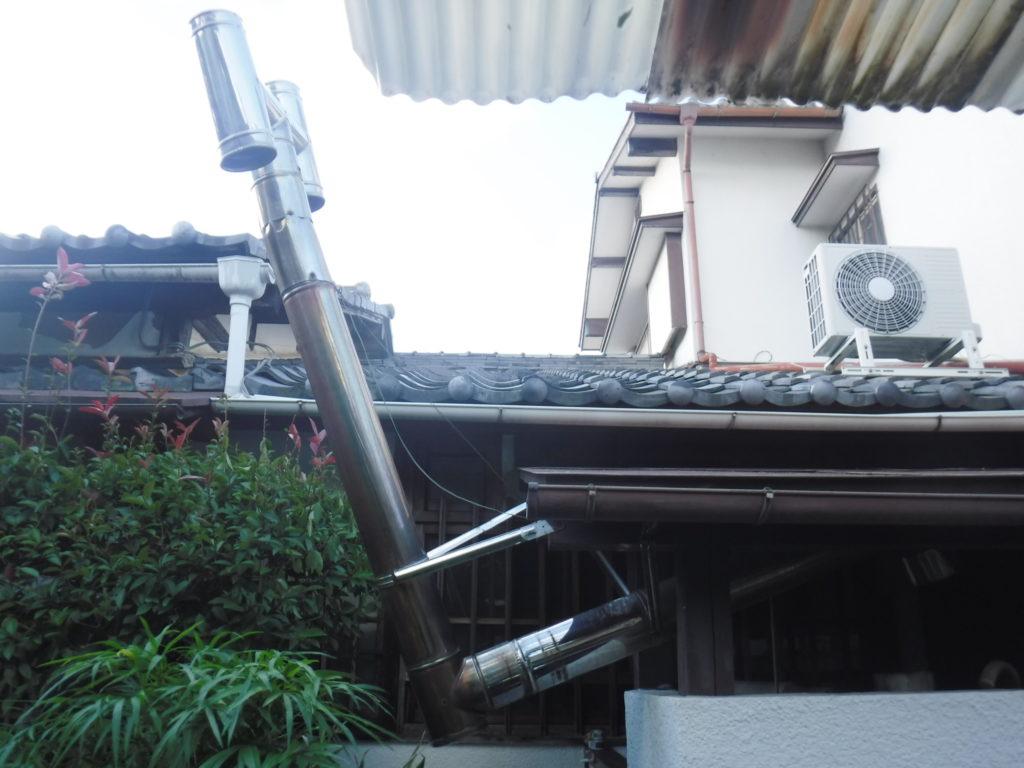 台風で配管が外れ傾いた煙突