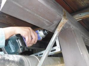 外れた煙突の配管補強作業中