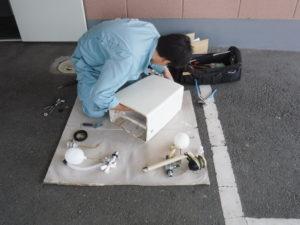 トイレタンクの修理作業中