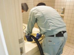 トイレ手洗い清掃中