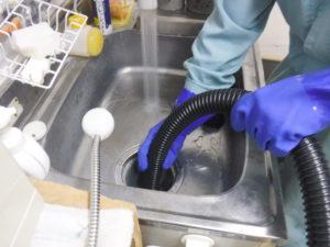 台所排水管清掃中