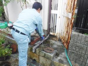 排水管高圧洗浄パイプクリーニング中