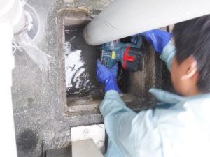 雨水管パイプのコンクリート掘削作業
