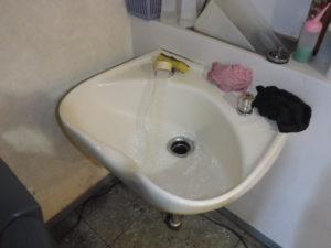 散髪台から水を流してつまり原因の調査
