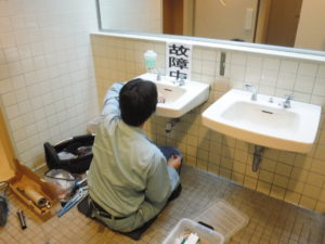トイレ洗面器排水パイプ水漏れ修理中