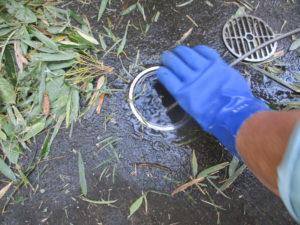 土間排水から高圧洗浄作業中