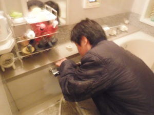 totoバスシャワー混合水栓取替交換作業中