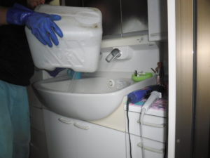 洗面所洗面台の薬品清掃作業中