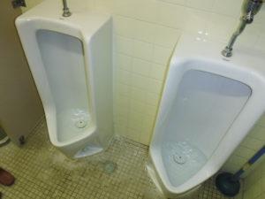 水が流れず溢れそうになる小便器