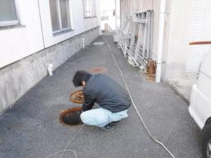 屋外のトイレパイプクリーニング清掃作業中