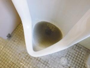 真っ黒けの水が小便器奥から出てきました